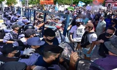 FORMOSA : PROTESTAS E INCIDENTES EN LA CAPITAL, POR LA VUELTA A FASE 1, DE LAS RESTRICCIONES POR CORONAVIRUS,