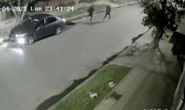 TERRIBLE VÍDEO - EL INSTANTE EN QUE UN POLICÍA MATA A DOS LADRONES EN UN ROBO.