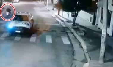 VÍDEO - DE NO CREER- LA RIOJA : DELICUENTES ROBARON A UNA JOVEN Y ESCAPARON MIENTRAS PASABA UN PATRULLERO.