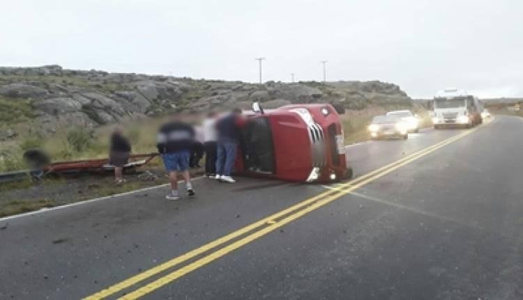 ACCIDENTE EN ALTAS CUMBRES : VUELCO DE UNA CAMIONETA Y SOLO CON DAÑOS MATERIALES.