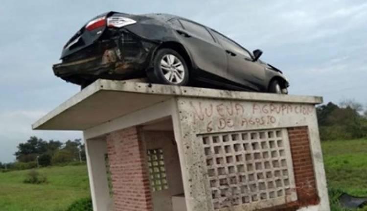 INSÓLITO : TERMINÓ CON EL AUTO EN EL TECHO DE UNA GARITA DEL COLECTIVO.